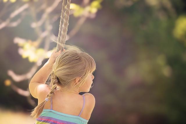 bambina che gioca all'aria aperta